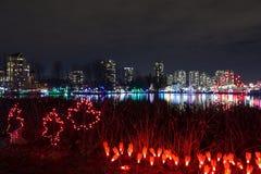 Luci di Natale nel lago Lafarge in città di Coquitlam immagini stock