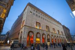 Luci di Natale nelle costruzioni quadrate del duomo a Milano, Italia fotografia stock