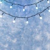 Luci di Natale sopra il fondo blu scuro di inverno, copyspace immagine stock