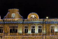 Luci di Natale su una costruzione Alto pavimento fotografie stock libere da diritti
