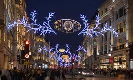 Luci di Natale sulla via reggente Fotografie Stock