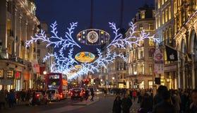 Luci di Natale sulla via reggente Immagine Stock