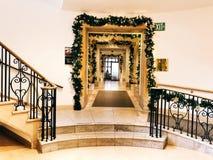 Luci di Natale sulle porte immagini stock