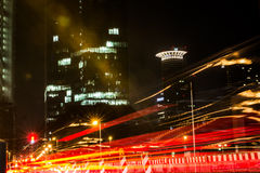 Luci di passaggio torre lunga di Francoforte Germania Westend di notte di esposizione Immagini Stock