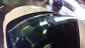 Luci di posizione dell'automobile riflesse in parabrezza dell'automobile stock footage