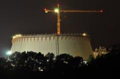 Luci di potere illuminate alla notte Camini che lanciano fumo Gru, estendenti l'elettrone Generazione di calore Immagine Stock Libera da Diritti