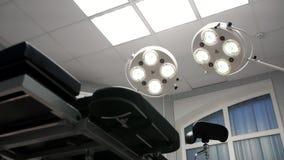 Luci di tornitura sopra nella sala operatoria Fotografie Stock Libere da Diritti