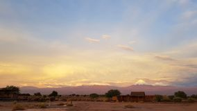 Luci di tramonto nel paesaggio arido e desolato del deserto di Atacama fotografia stock libera da diritti