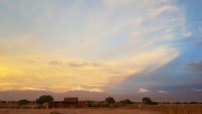 Luci di tramonto nel paesaggio arido e desolato del deserto di Atacama fotografia stock