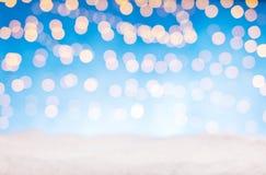 Luci dorate astratte vaghe del punto con neve Fotografia Stock