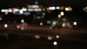 Luci e fari delle automobili sulla via la sera La città alla notte, automobili, luci, luci nella sfuocatura stock footage
