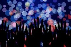 Luci e mani della gente sul concerto di musica di notte Fotografie Stock Libere da Diritti