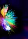 Luci e raggi blu sui precedenti neri, fondo strutturato di illuminazione, fondo d'ardore granuloso, fibre d'ardore digitali royalty illustrazione gratis