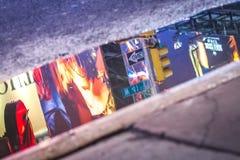 Luci e segni del Times Square, riflessi in una pozza immagini stock libere da diritti