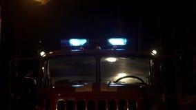 Luci e sirena di emergenza del camion dei vigili del fuoco archivi video