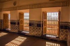 Luci ed ombre attraverso tre finestre immagini stock