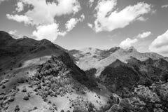 Luci ed ombre sopra le montagne immagini stock