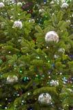 Luci ed ornamenti dell'albero di Natale Fotografie Stock