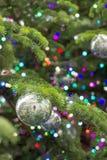 Luci ed ornamenti dell'albero di Natale Immagine Stock