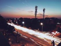 luci Fari dell'automobile Tracce della luce dell'automobile sulla strada immagine stock libera da diritti