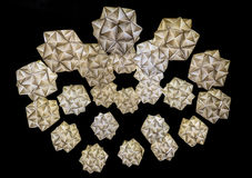 Luci geometriche in argento ed oro contro un fondo nero Fotografia Stock Libera da Diritti