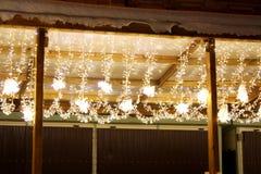 Luci leggiadramente di Natale sotto il tetto immagini stock libere da diritti