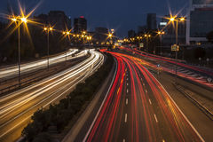 Luci lunghe dell'automobile della strada principale di esposizione alla notte Immagini Stock Libere da Diritti