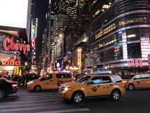 Luci notturne del taxi del Times Square di New York immagine stock libera da diritti