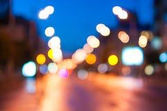 Luci notturne della città moderna Vista della via Fotografia Stock