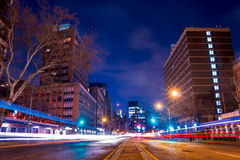 Luci notturne di traffico in New York Immagini Stock