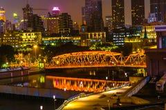 Luci notturne Shanghai Cina di Bund dei grattacieli del ponte di Waibaidu Fotografie Stock