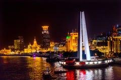 Luci notturne Shanghai Cina di Bund del fiume di Huanpu di eroi del monumento Immagine Stock Libera da Diritti