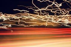 Luci pazze dell'automobile in strada principale immagini stock