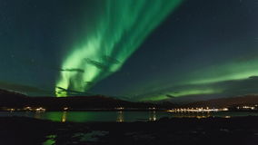 Luci polari (aurora borealis) in un fiordo in Norvegia video d archivio