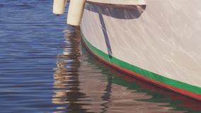 Luci riflesse dal lato di una nave stock footage