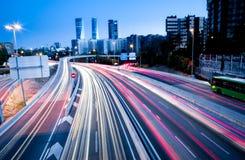 Luci vaghe della coda e semafori sull'autostrada Fotografia Stock