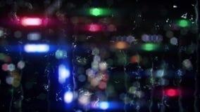 Luci vaghe variopinte della città con le gocce di pioggia sul fondo di vetro del ciclo illustrazione vettoriale