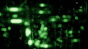 Luci vaghe verdi della città con le gocce di pioggia sul fondo di vetro del ciclo illustrazione vettoriale