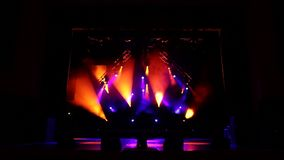 Luci variopinte della fase al concerto Luci e fumo della fase video d archivio