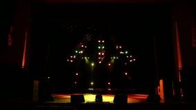 Luci variopinte della fase al concerto Luci e fumo della fase archivi video