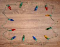 Luci variopinte di Natale su fondo di legno marrone fotografie stock