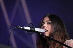 Luciana Della Villa (Sibyl Vane), Sänger und Keyboarder von Pegasvs versehen mit einem Band Stockfotos