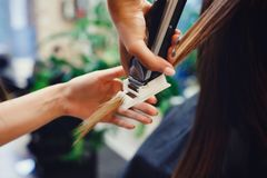 Lucidatura delle doppie punte di capelli fotografia stock