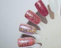 Lucidatura multicolore del gel dell'unghia di scintillio sulle unghie di plastica artificiali di punta immagine stock