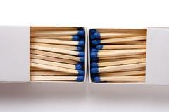Lucifersdoosje met blauwe matchsticks met het knippen van weg royalty-vrije stock afbeeldingen