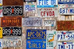 LUCKENBACH, TX - 11 Ιανουαρίου 2018 - διάφορες παλαιές πινακίδες αριθμού κυκλοφορίας δ Στοκ φωτογραφία με δικαίωμα ελεύθερης χρήσης
