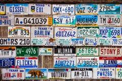 LUCKENBACH, TX - 11 Ιανουαρίου 2018 - διάφορες παλαιές πινακίδες αριθμού κυκλοφορίας δ Στοκ Εικόνες