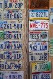 LUCKENBACH, TX - 11 Ιανουαρίου 2018 - διάφορες παλαιές πινακίδες αριθμού κυκλοφορίας δ Στοκ εικόνες με δικαίωμα ελεύθερης χρήσης