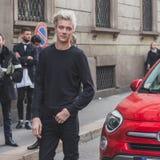 Lucky Blue Smith modelo levanta fora da construção do desfile de moda de Cavalli para a semana de moda 2015 de Milan Men Fotografia de Stock