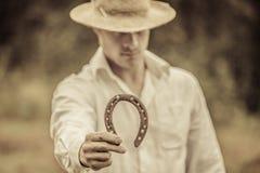 Lucky Farmer Holding un ferro di cavallo Immagini Stock Libere da Diritti